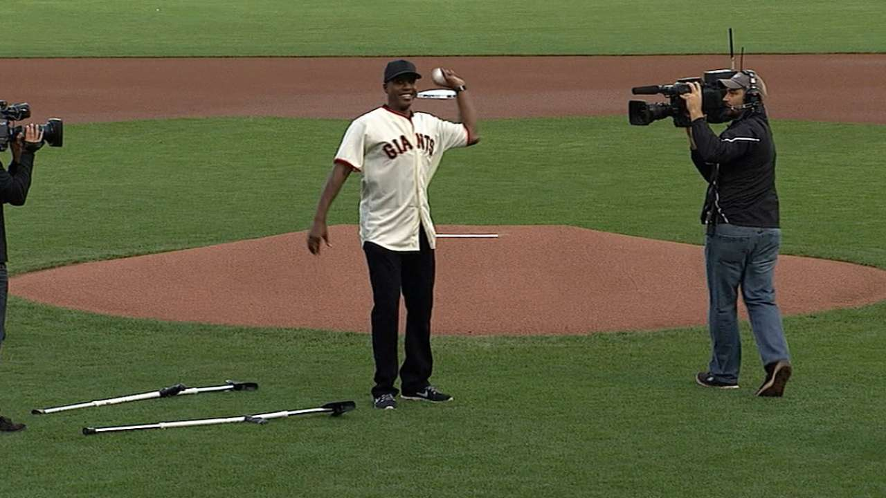 On crutches, Bonds a surprise guest for Game 4