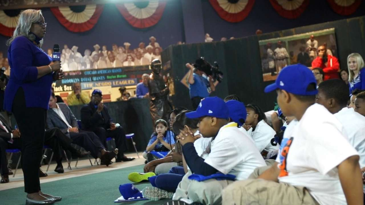 Robinson shares dad's legacy at Negro Leagues museum