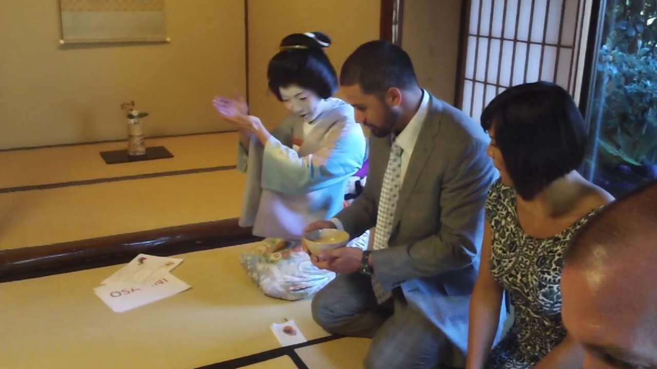 Santiago y otros participaron en una ceremonia del té