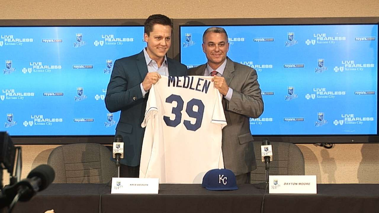 Rehabbing Medlen joins Royals on 2-year deal