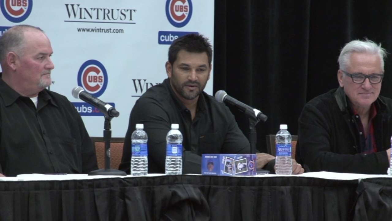 Maddon interacts with fans, welcomes high expectations