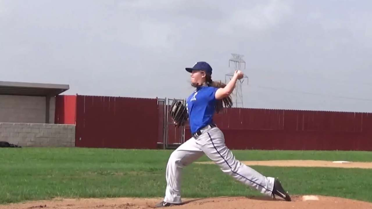 Daughter of former big leaguer to make her pitch in college