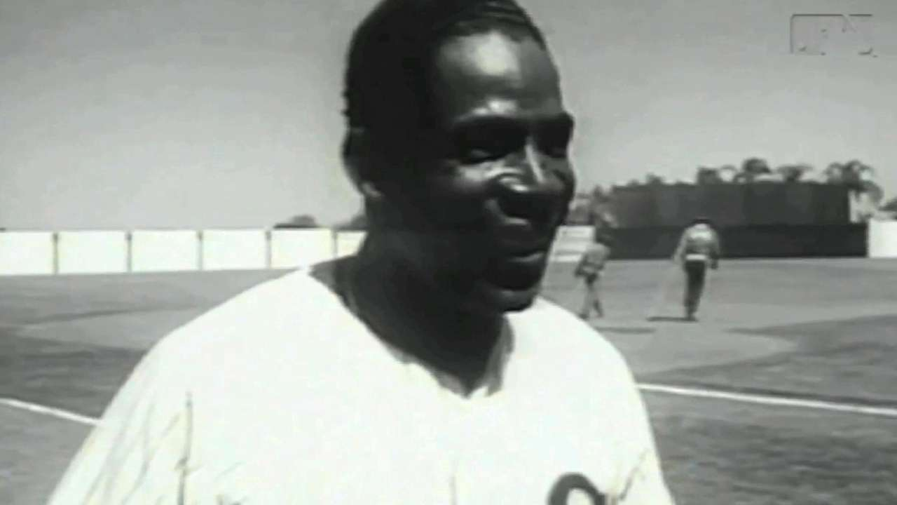 Mourners pay respects to Minoso at public visitation