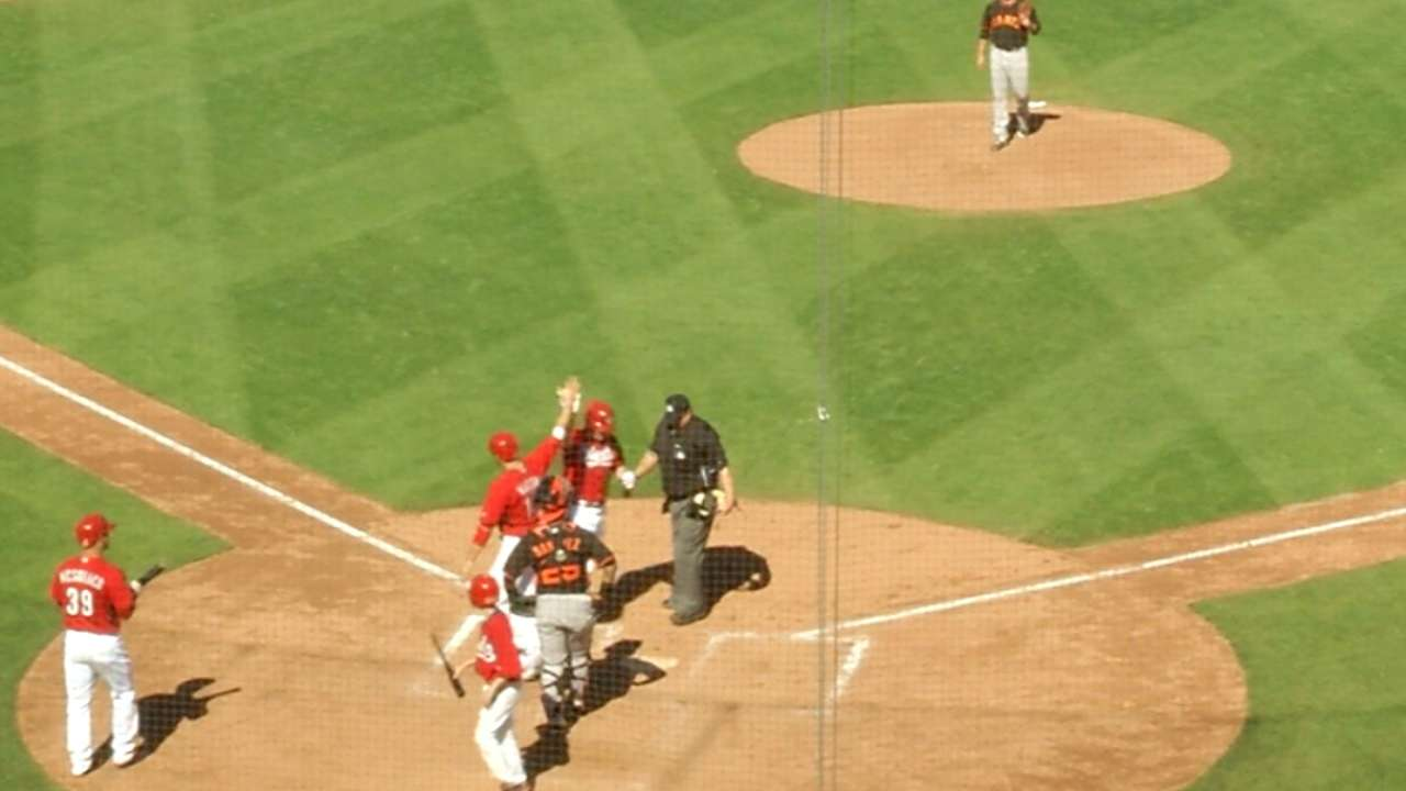 Reds unleash four homers against Giants