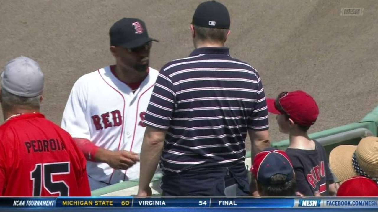 Victorino shows glove to fan