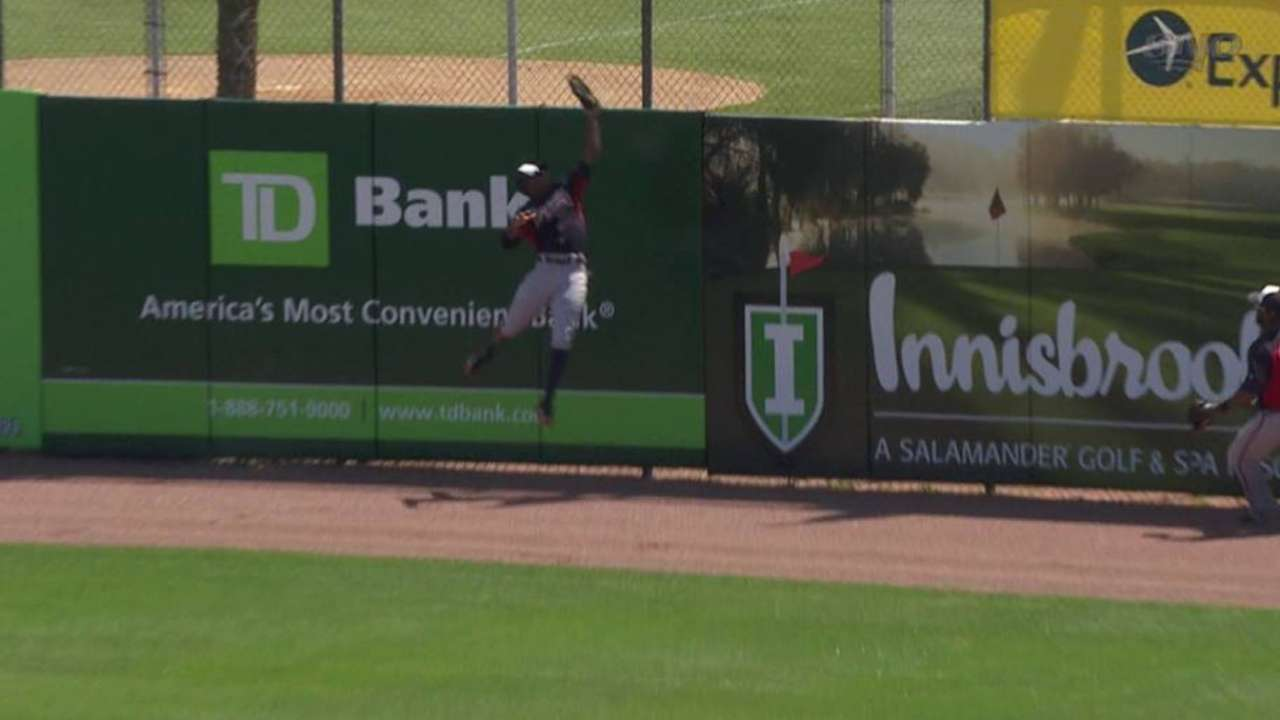 Young Jr. makes catch at wall