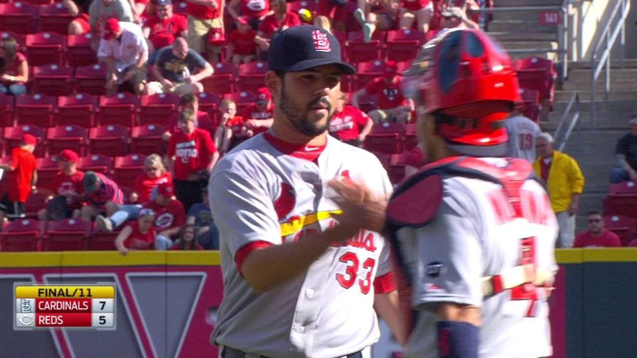 Villanueva neutralizes Reds in extra innings to preserve win