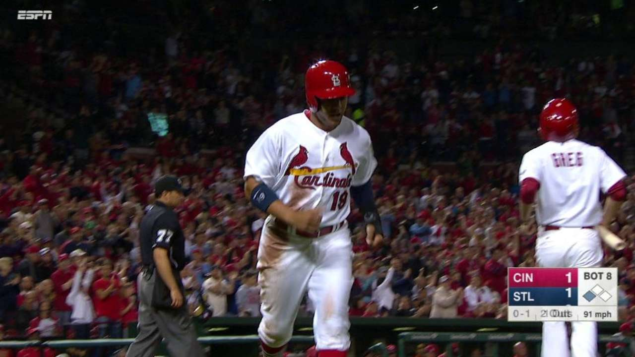 Cardinals come through late, complete sweep of Reds