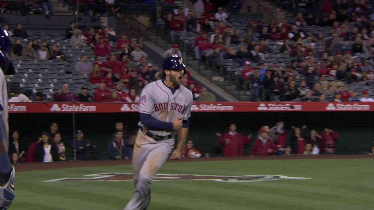 Altuve, Astros remontan en la 9na y vencen a Angels