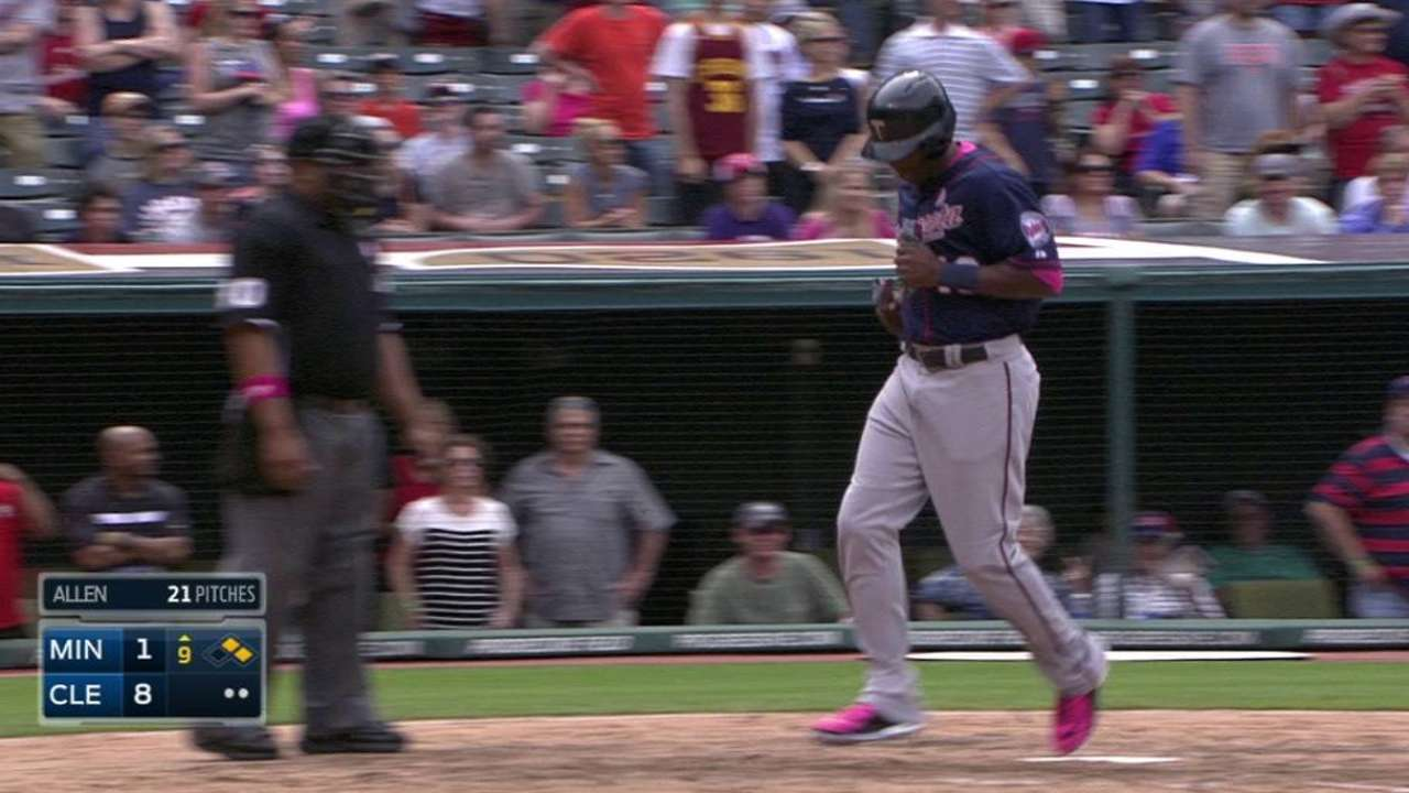Mauer, Twins swing pink bats for Mother's Day