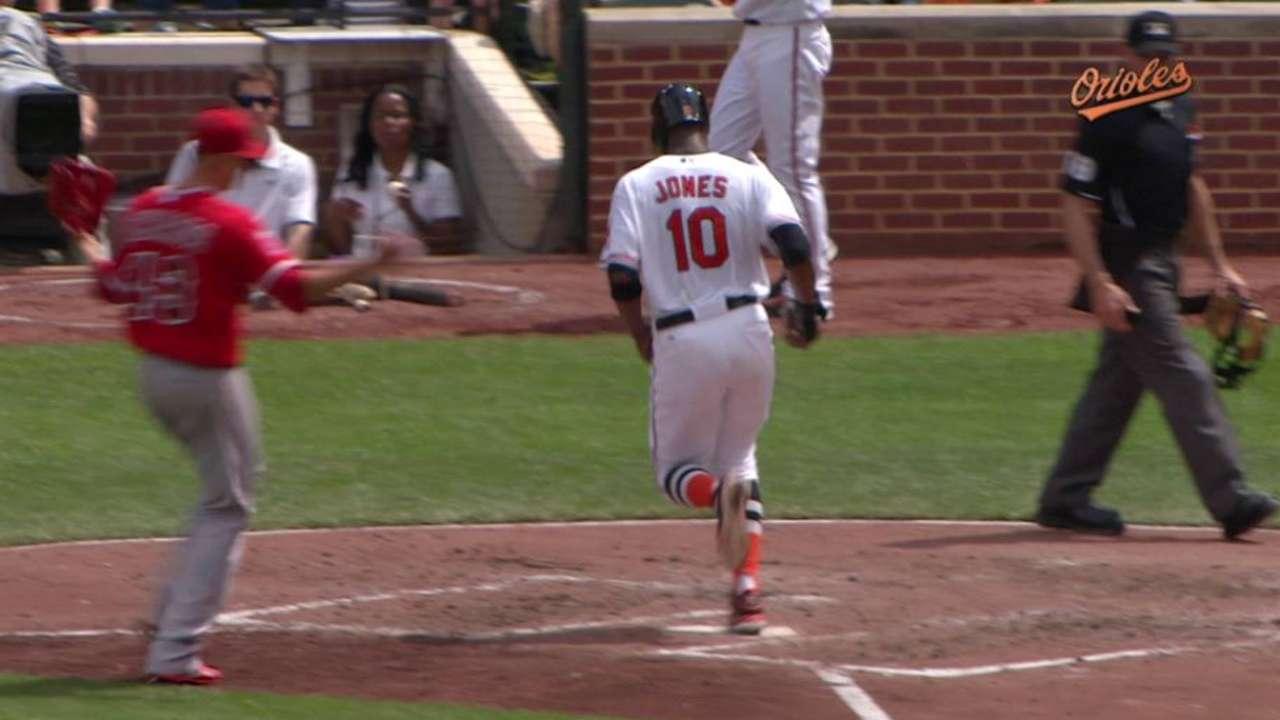Orioles score on wild pitch