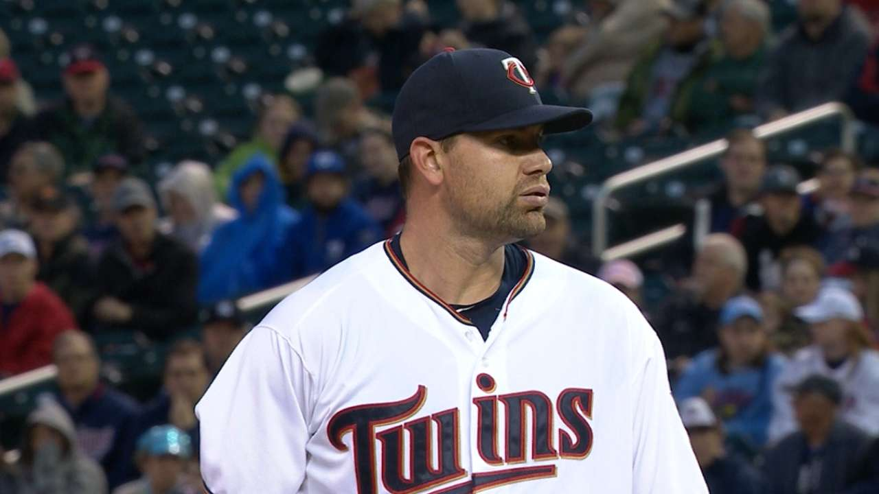 Twins edge Red Sox on Pelfrey's strong start