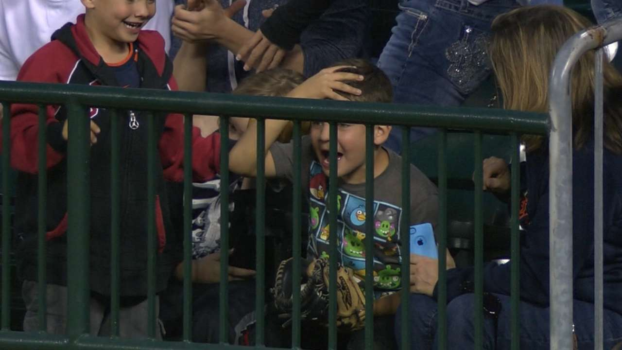 Young Tigers fan snags A's homer