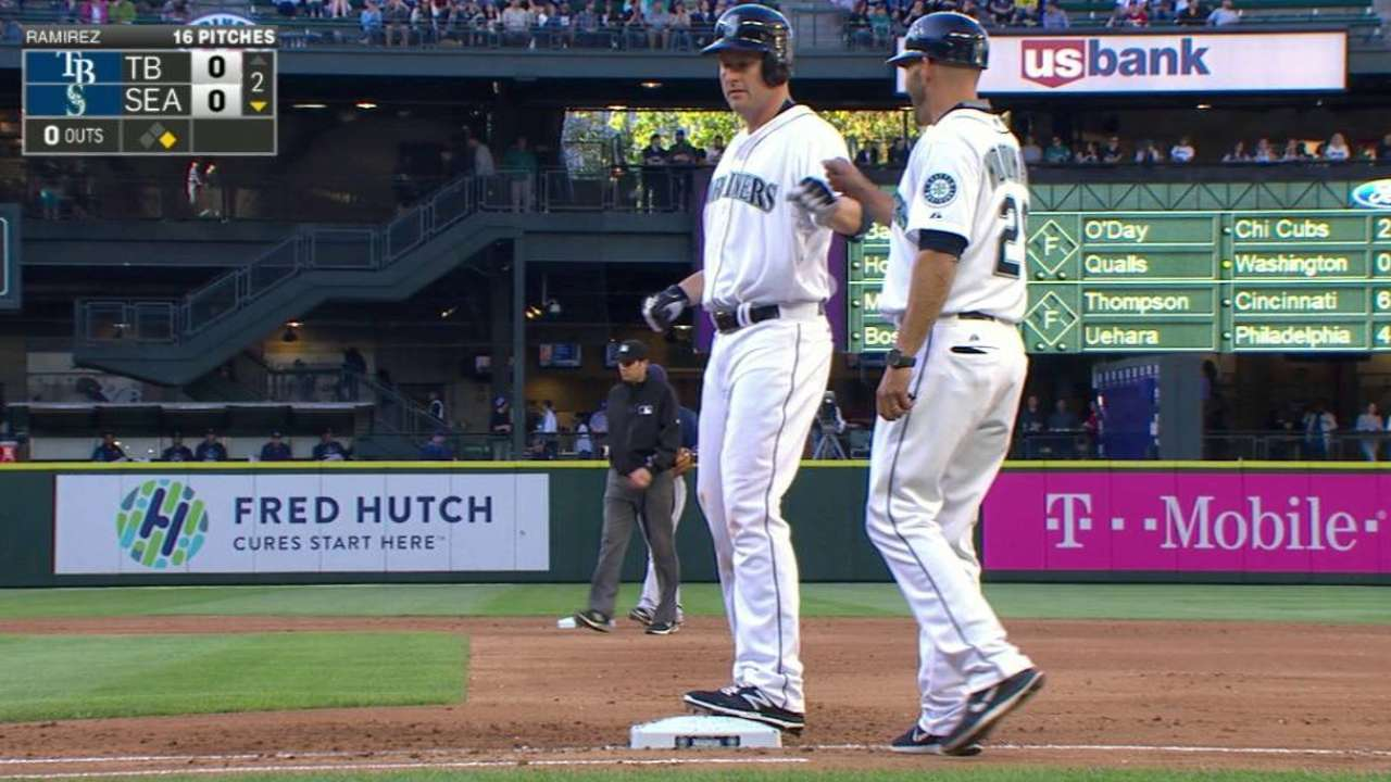 Trumbo's first hit with Mariners