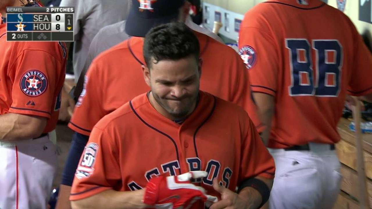 Altuve injured on groundout