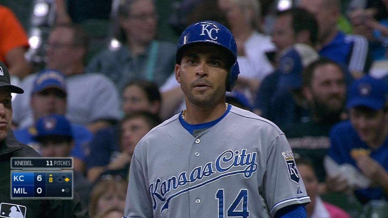 Infante starts to connect in wins over Brewers