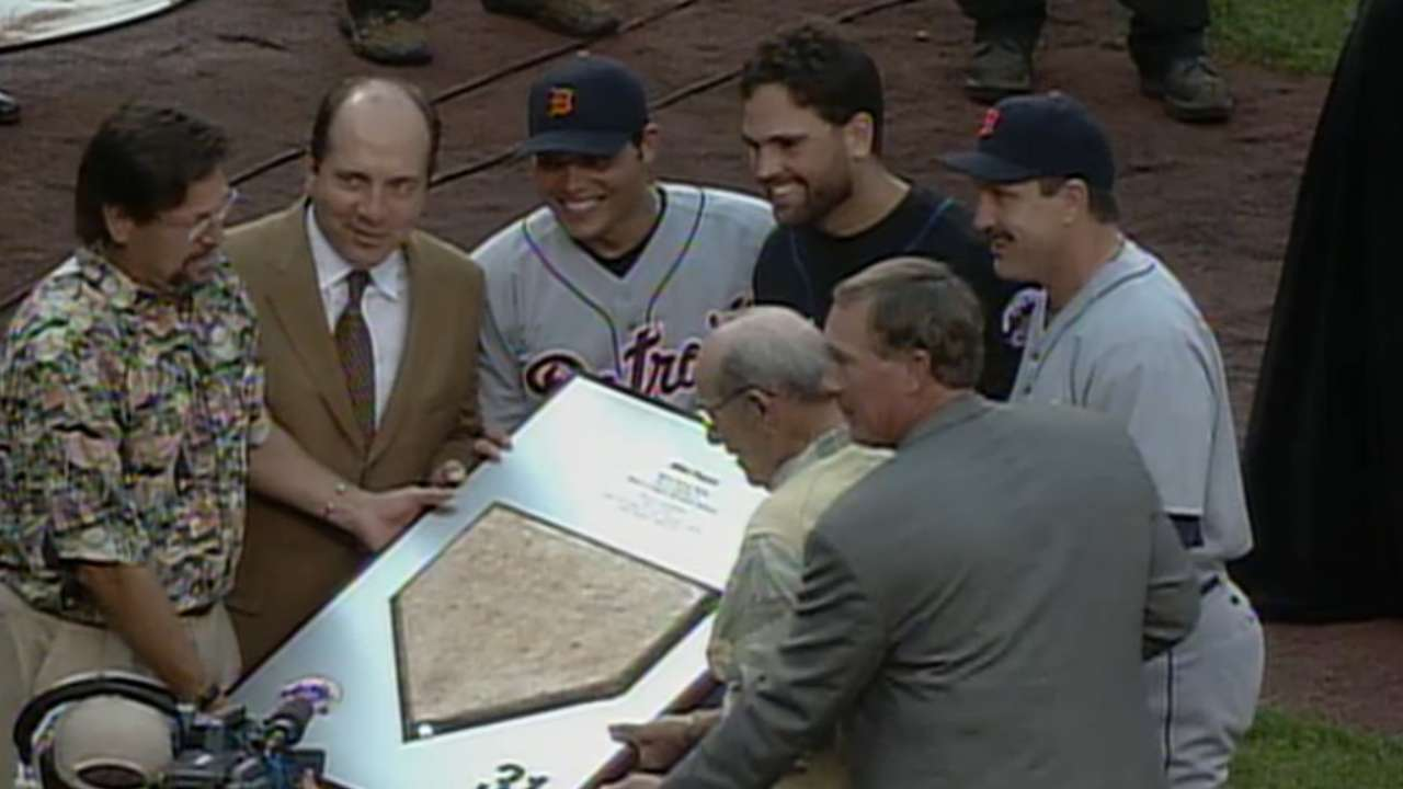 Piazza honored before game