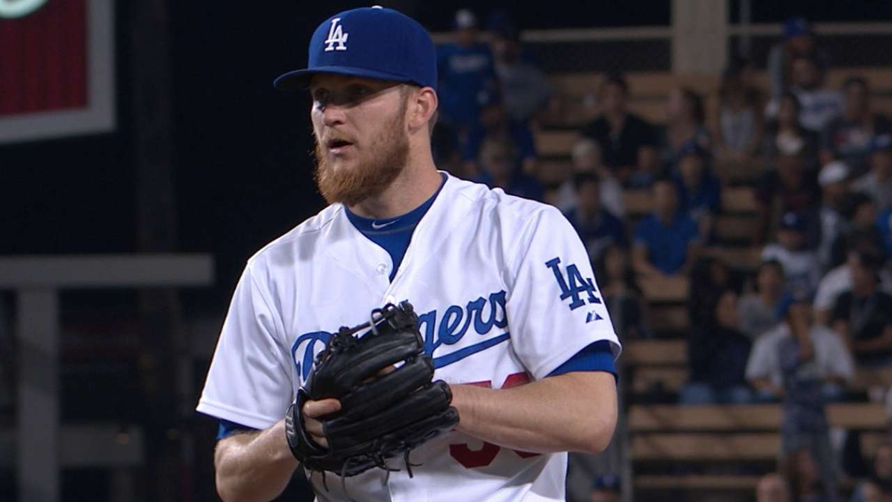Howell elects to stay with Dodgers in '16