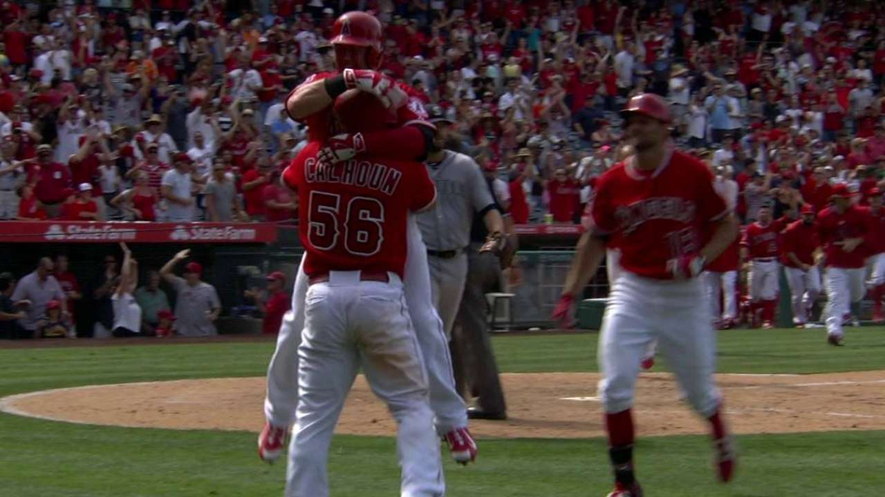 Angels stun Mariners on wild pitch in 10th