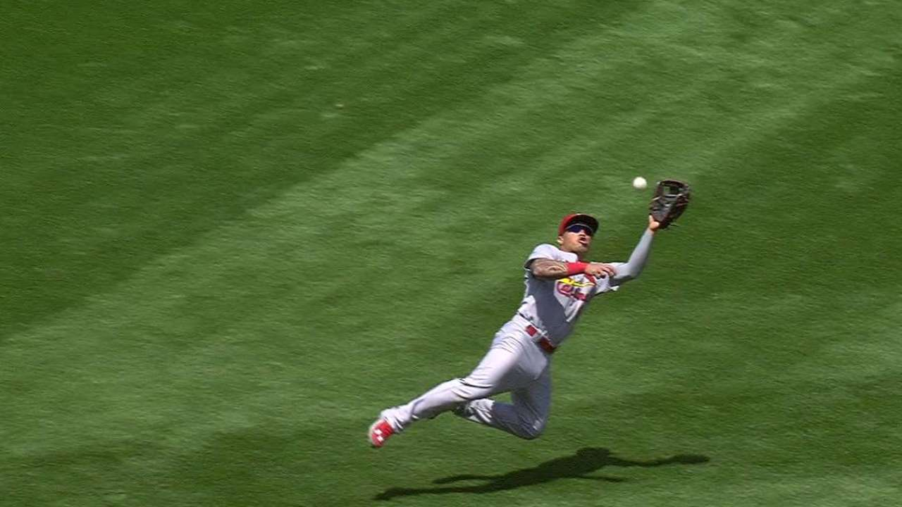 Wong hits head on catch, has concussion