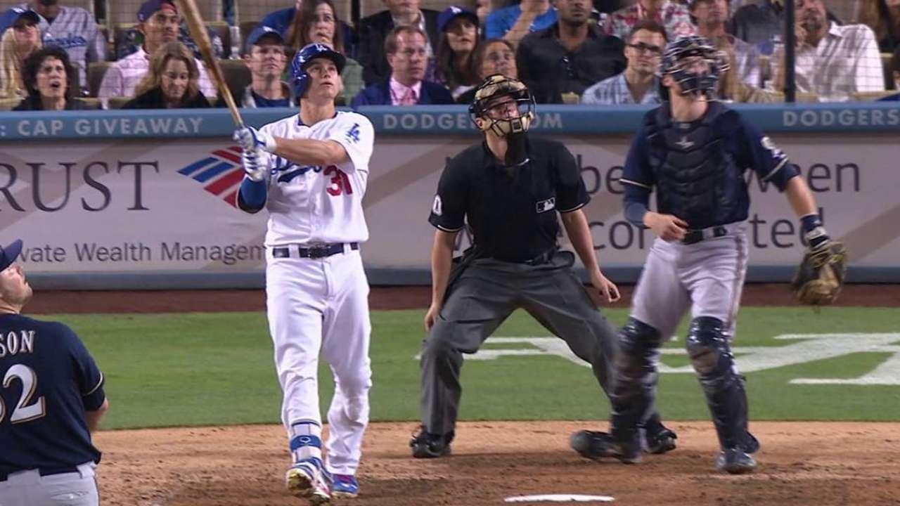 Dodgers remontan en la 7ma y vencen a Milwaukee