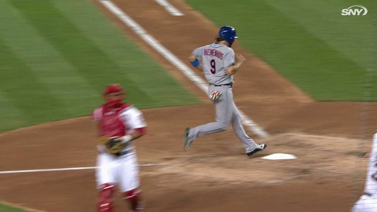 Mets pour it on late, close gap in NL East