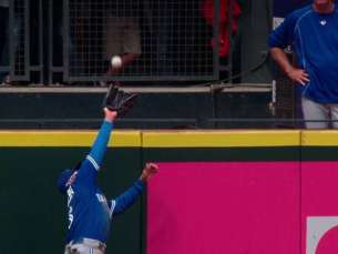 TOR@SEA: Carrera leaps to rob Zunino of a homer