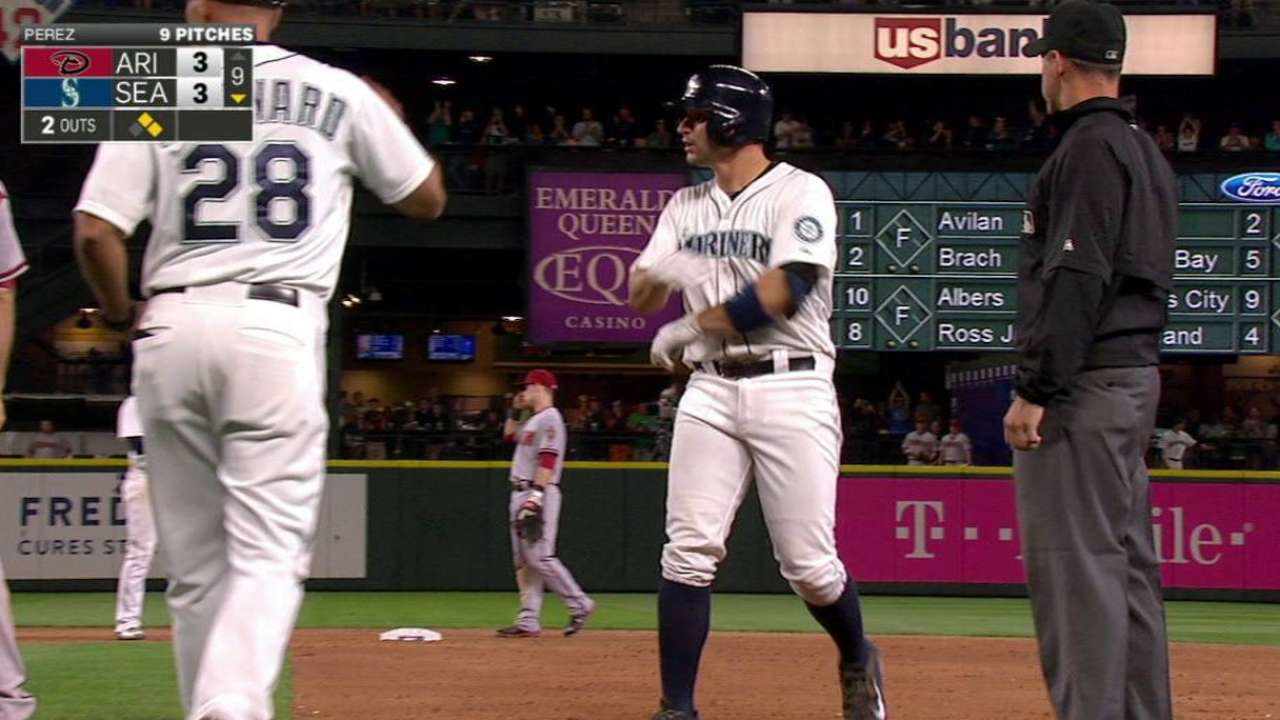 Mariners burned in 10th by Seattle native Lamb