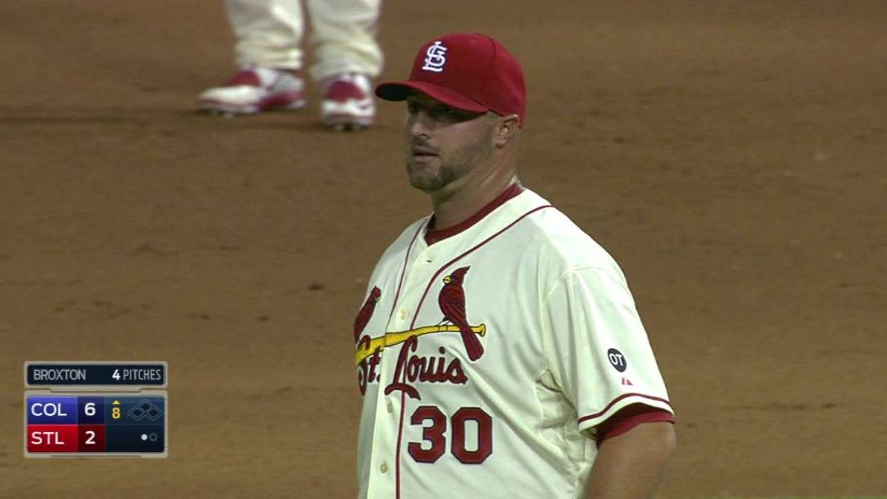 Broxton looking to fit in with contending Cards