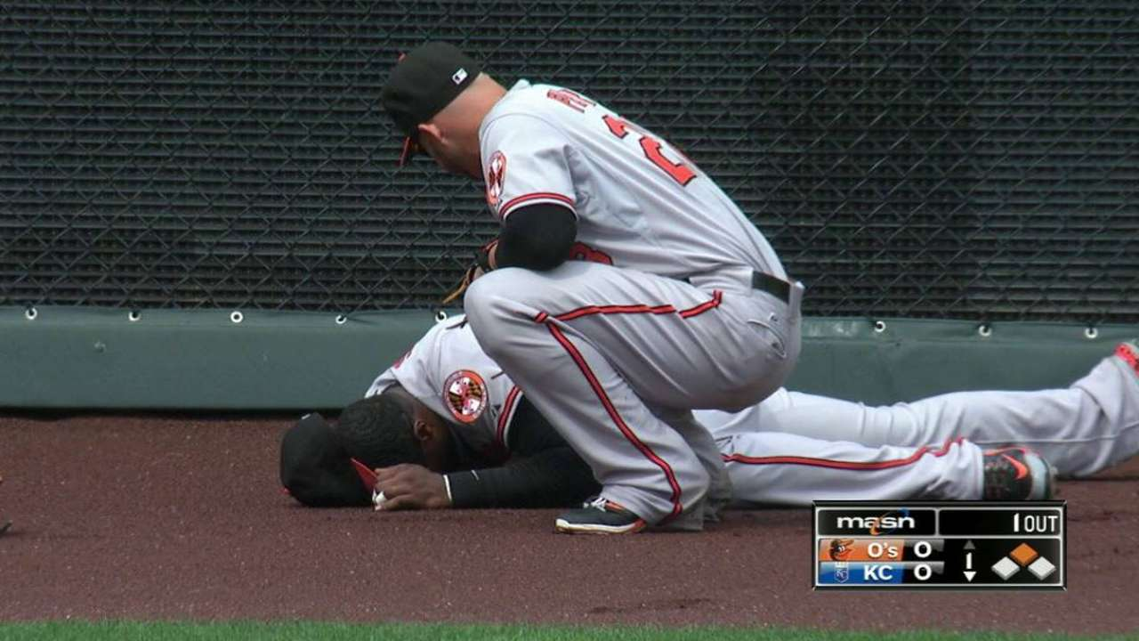 Jones exits game after crashing into CF wall