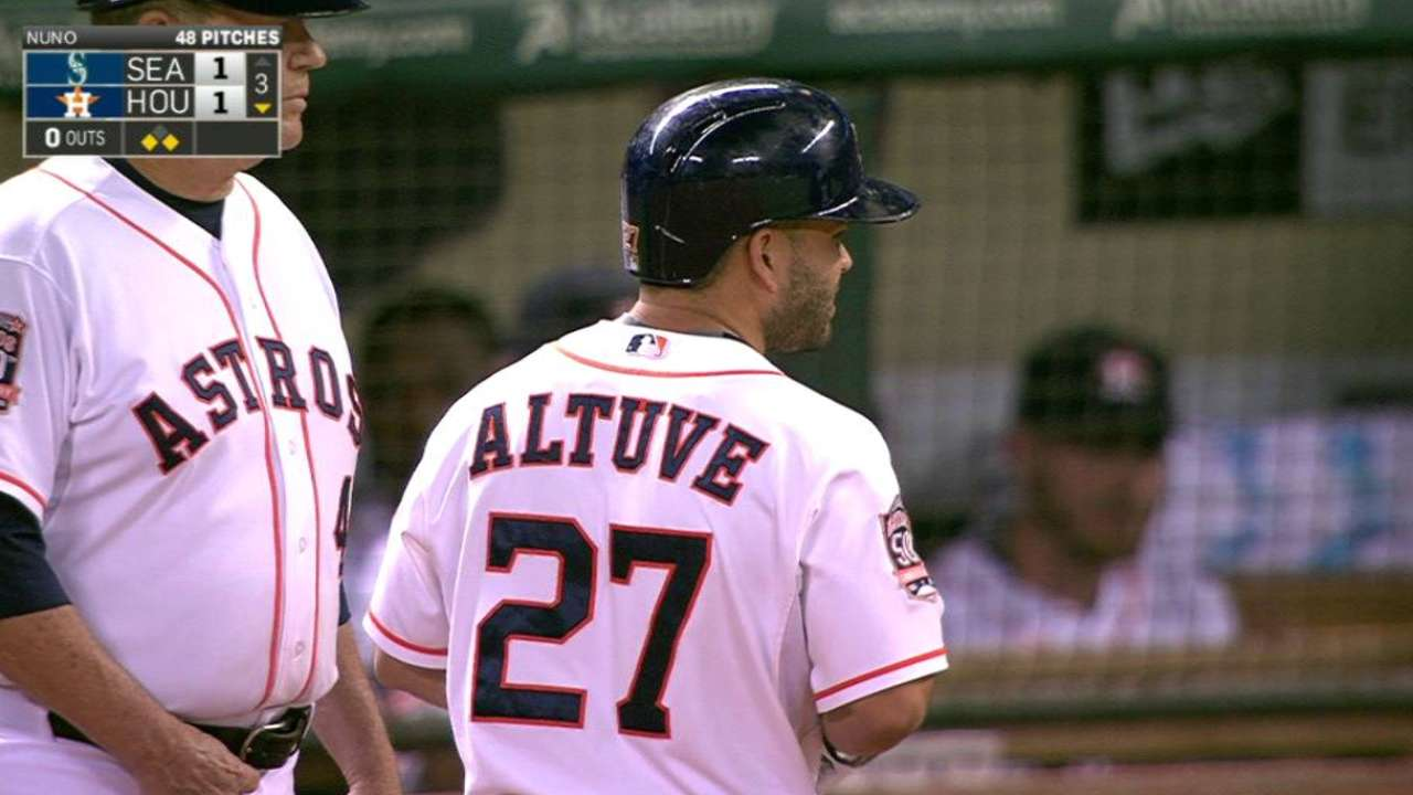 Altuve's single to right