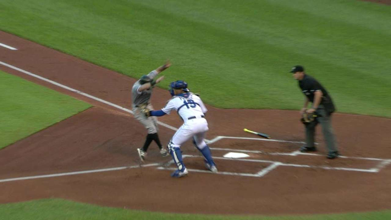 Royals trim magic number despite loss to White Sox