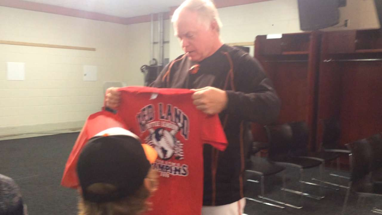 Robinson, Little League team pay visit to O's