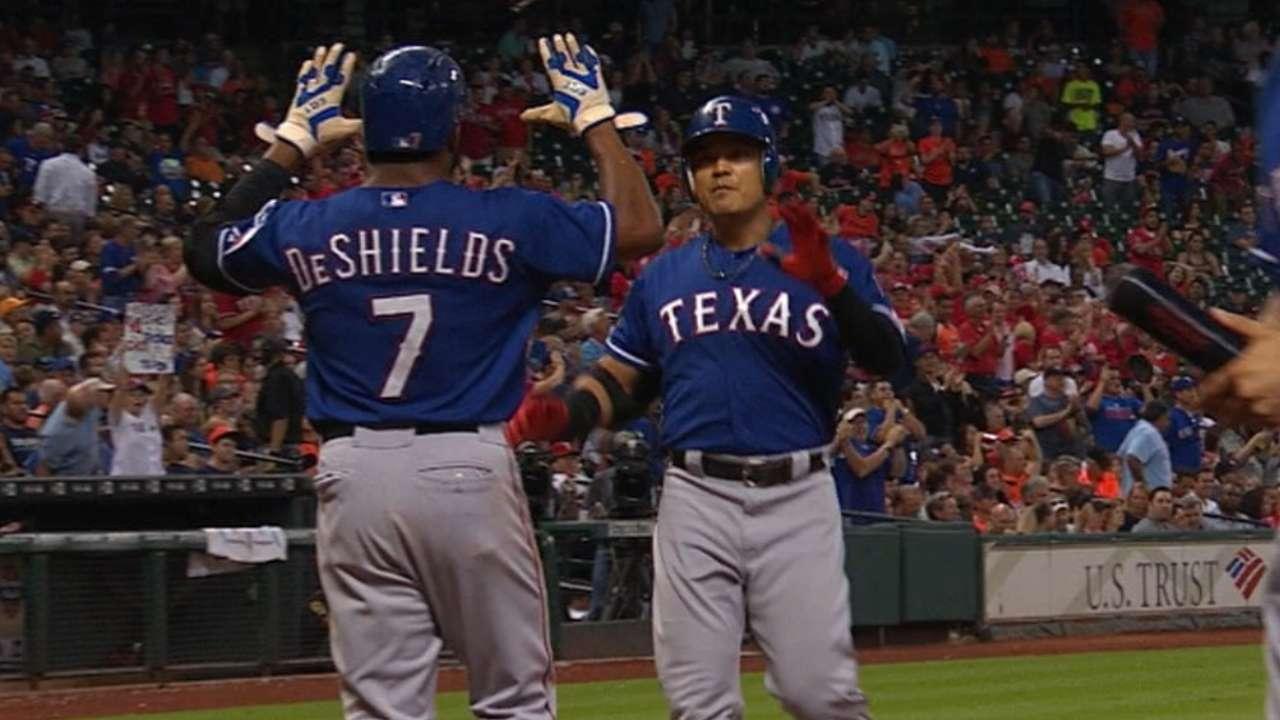Rangers derrotan a Astros y se despegan en la cima