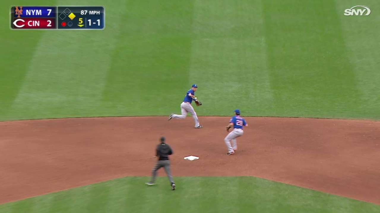 Flores back in the spotlight at shortstop for Mets