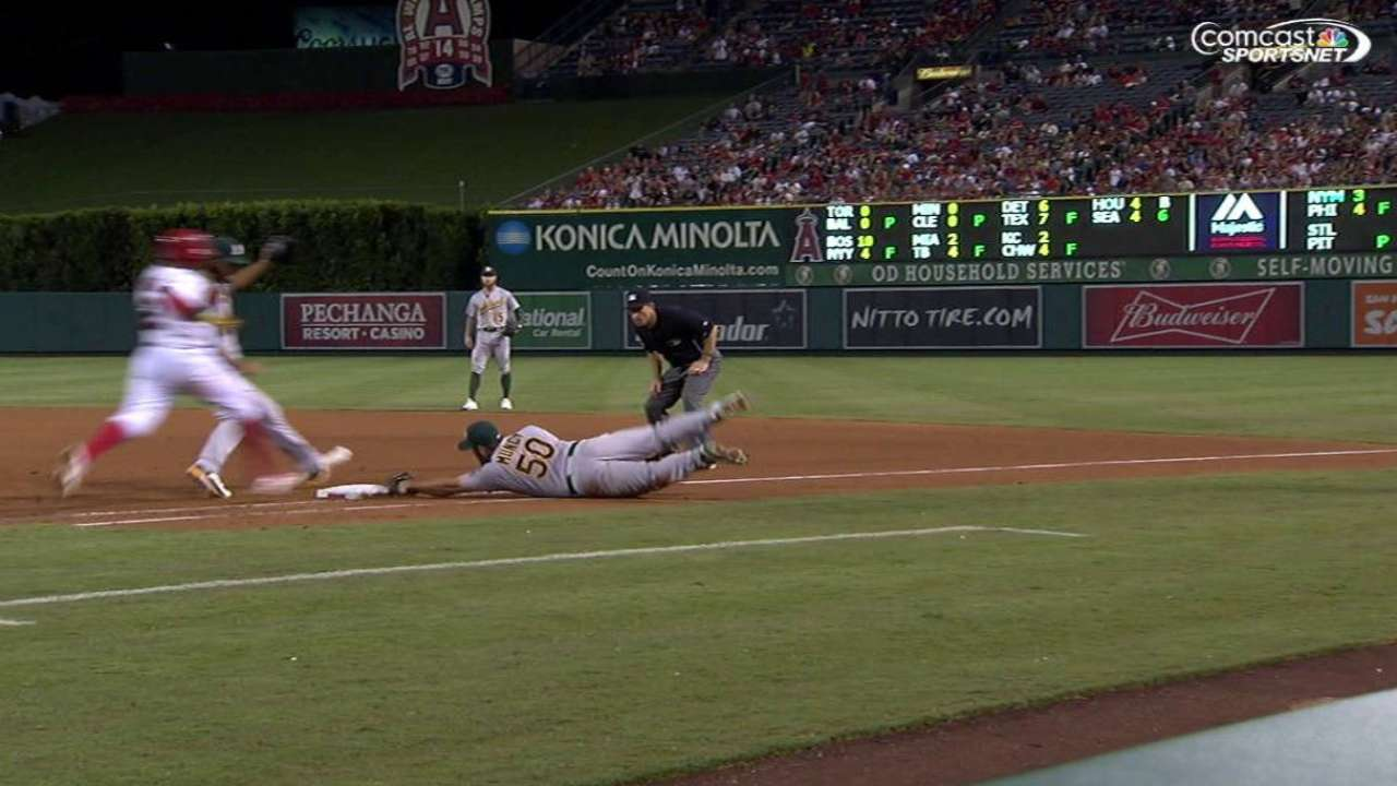 Muncy recovers, dives for out