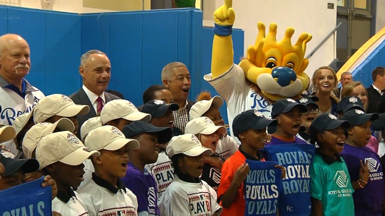 Manfred promotes value of baseball to kids