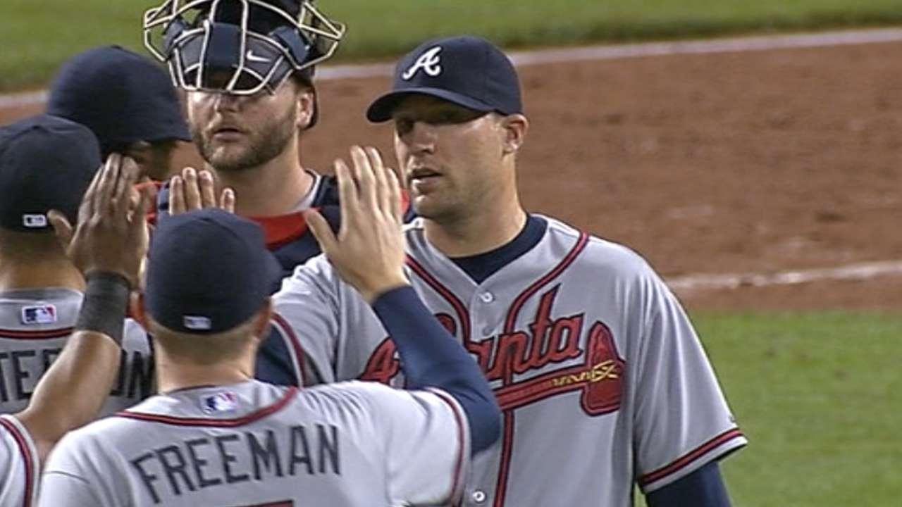 Braves reunite with veteran reliever Johnson
