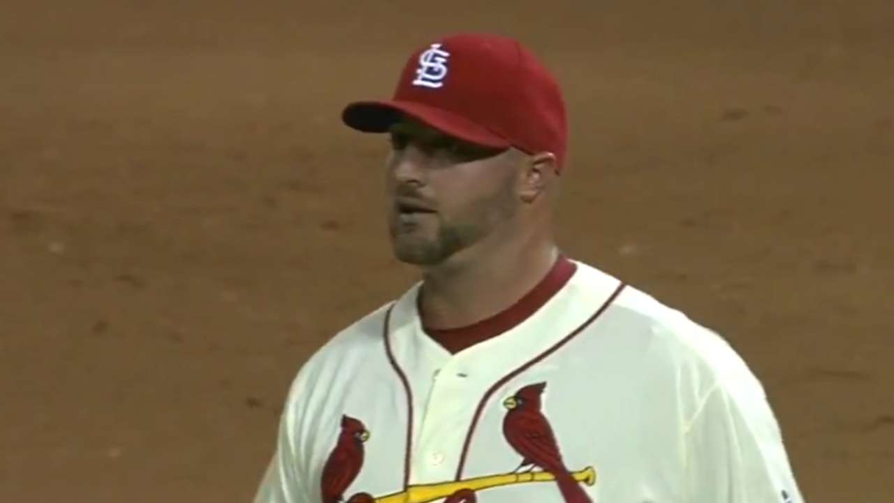 Broxton signs 2-year deal to stay with Cardinals