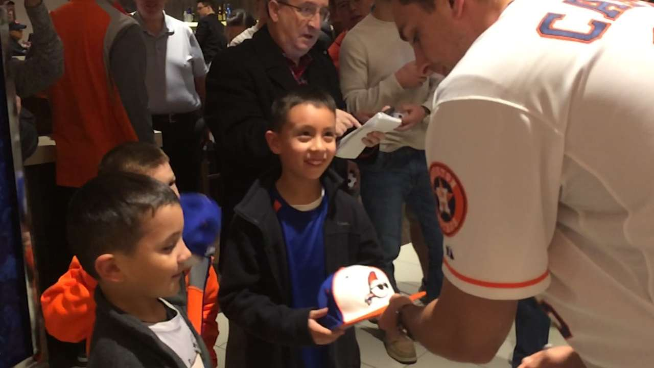Astros players, fans share optimism at FanFest