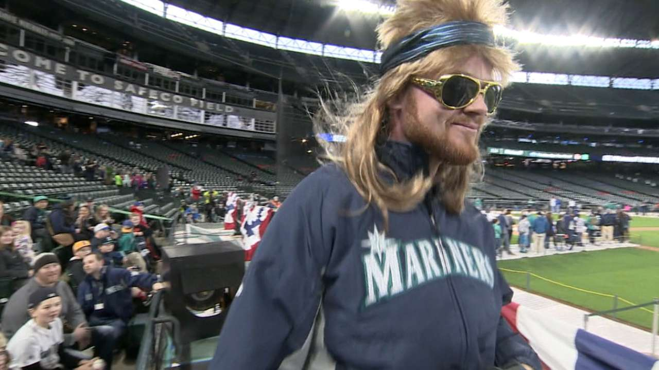 Mariners wig out with FanFest crowd