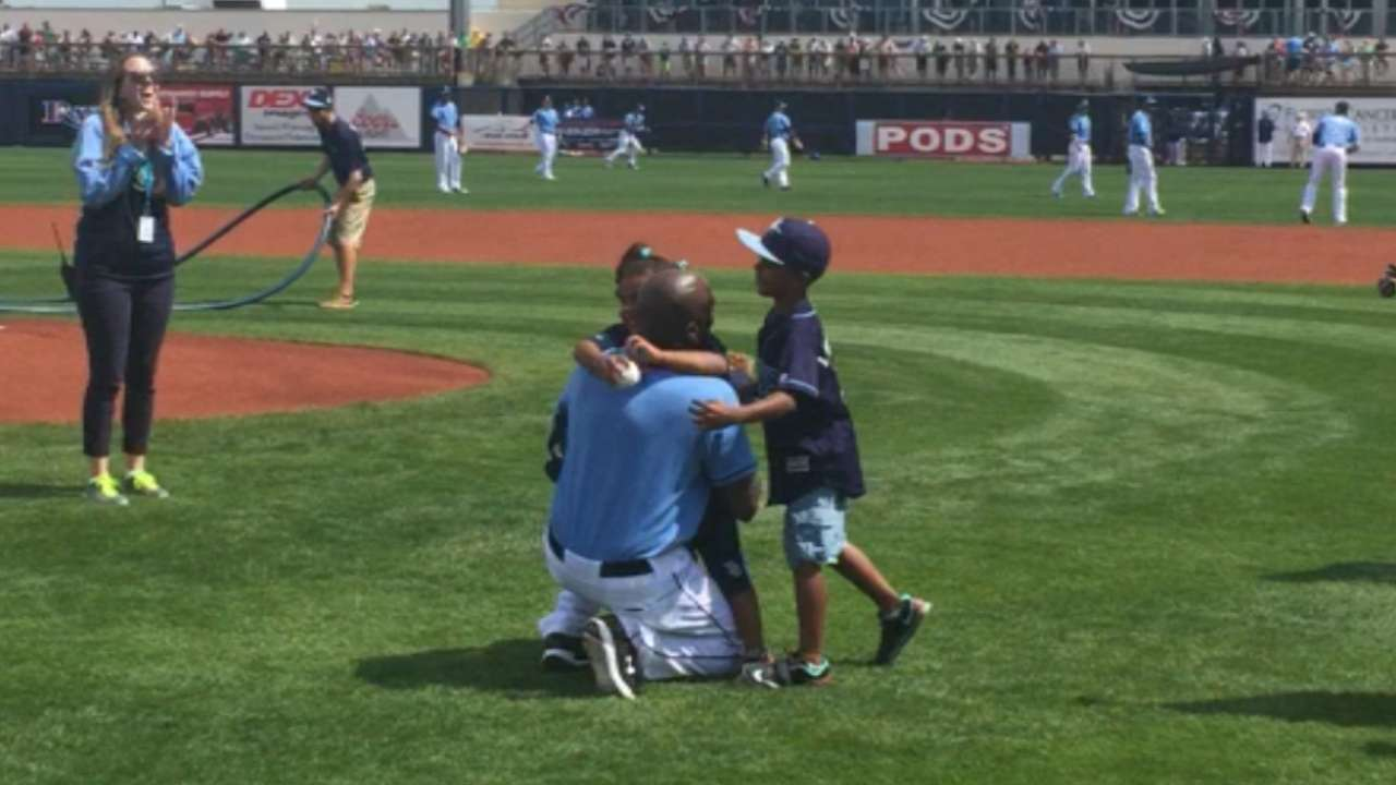 Rays help military father surprise his children