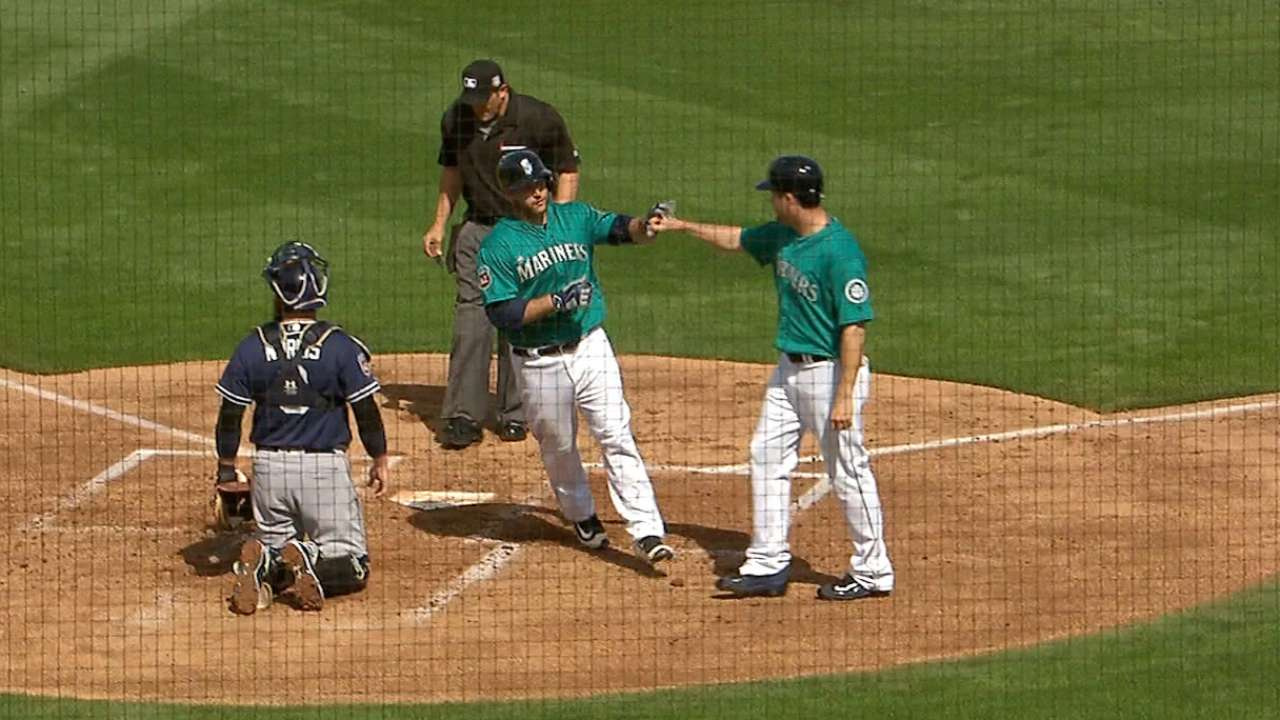 Mariners hitters get ball rolling against Padres