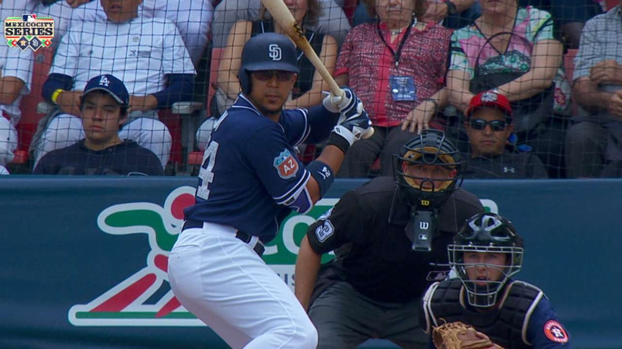 Padres apabullan a Astros y dividen serie en México