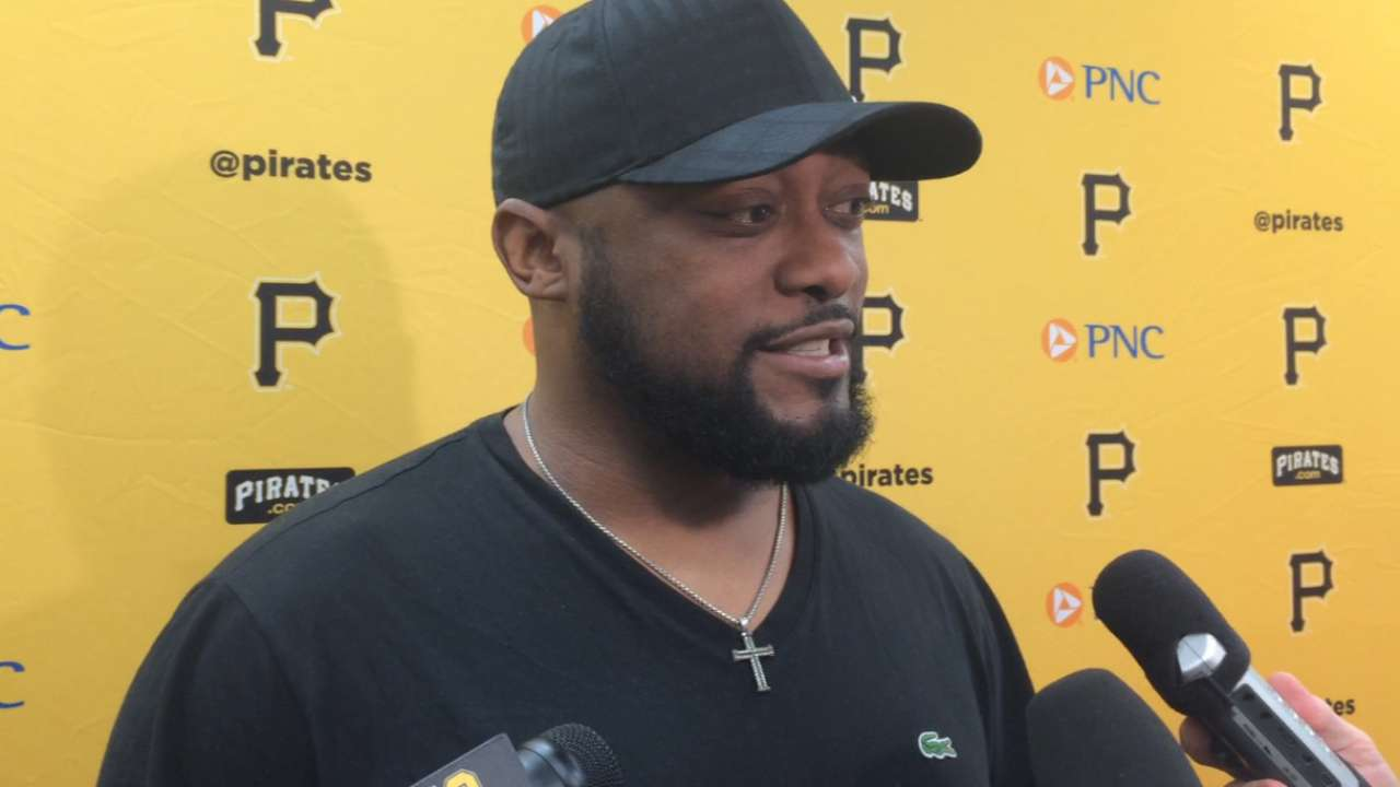 Tomlin visits Bucs' clubhouse, offers advice