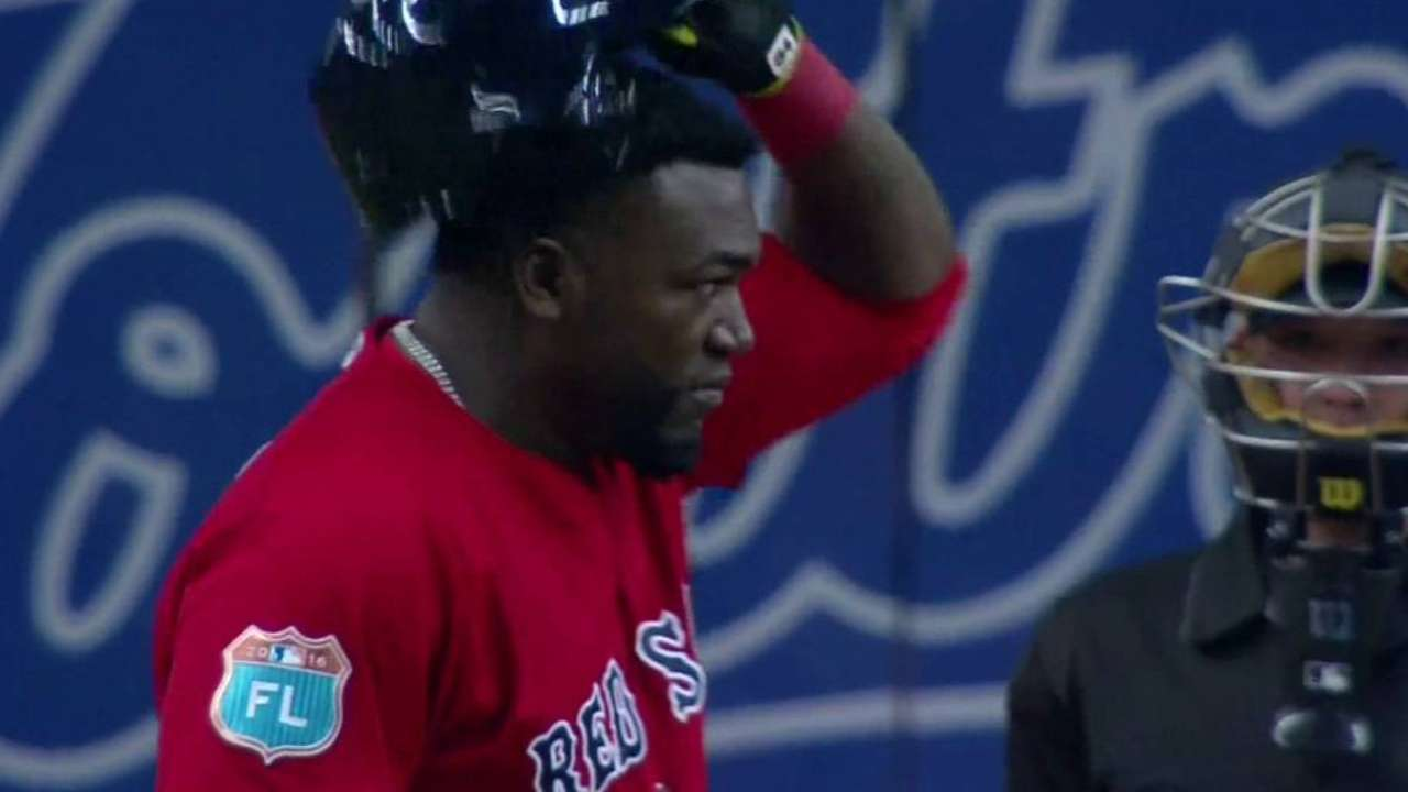 Ortiz tips his cap to the crowd