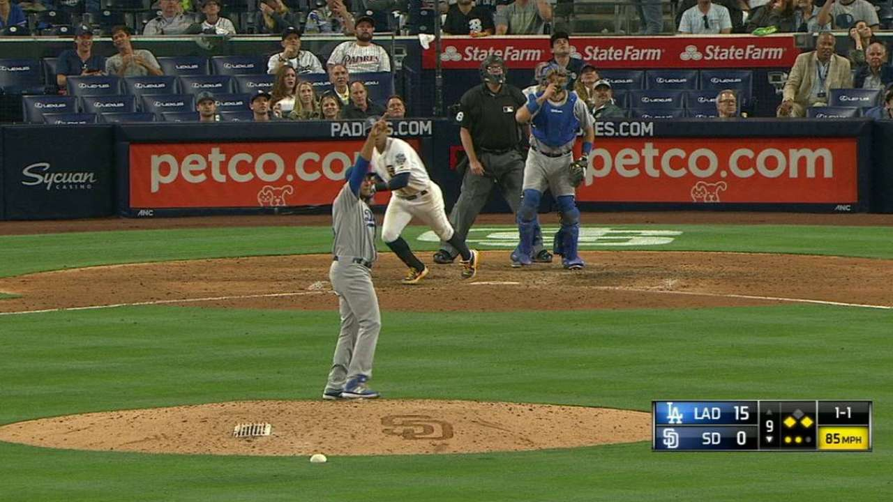 Dodgers click from all sides in Roberts' debut