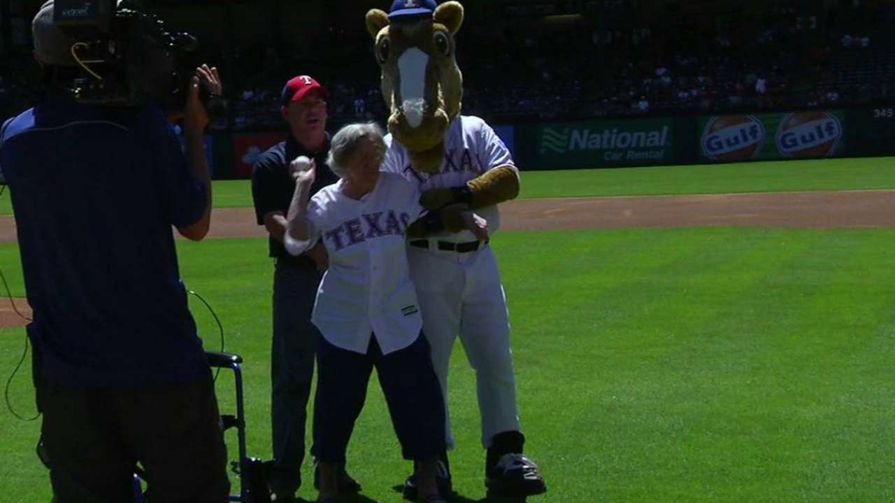 1st pitch highlight for 105-year-old Rangers fan