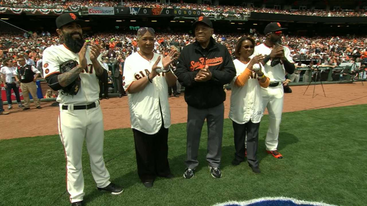 Giants pay tribute to Davenport, Irvin at opener