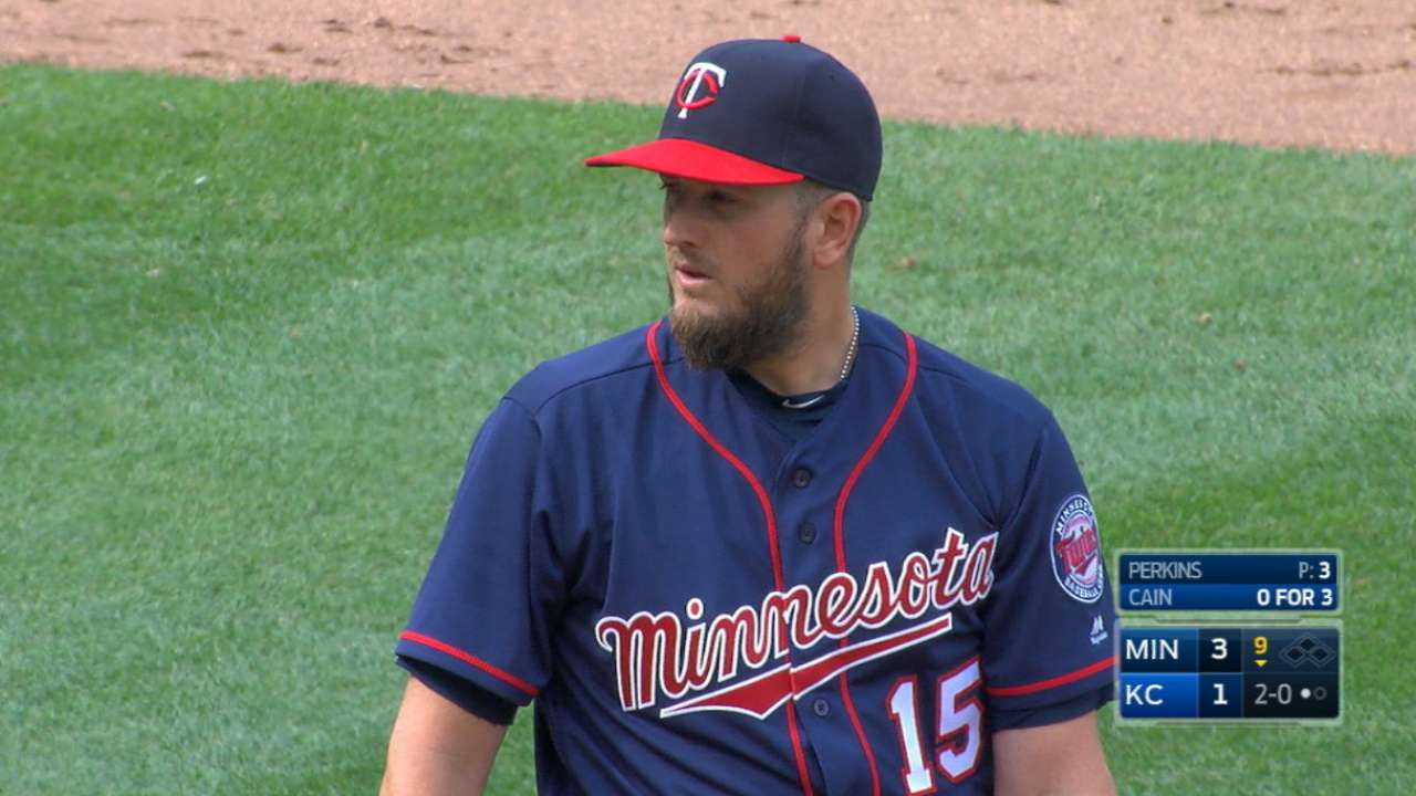 Shoulder strain lands Twins closer Perkins on DL